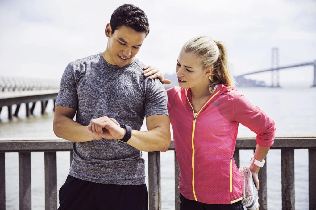 Une femme et un homme regarde une montre.