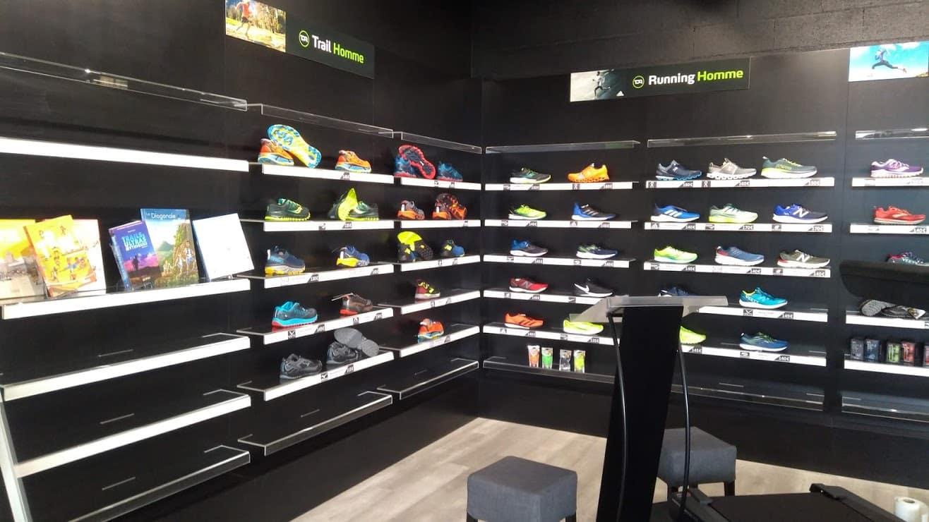 Intérieur du magasin avec linéaire chaussures running