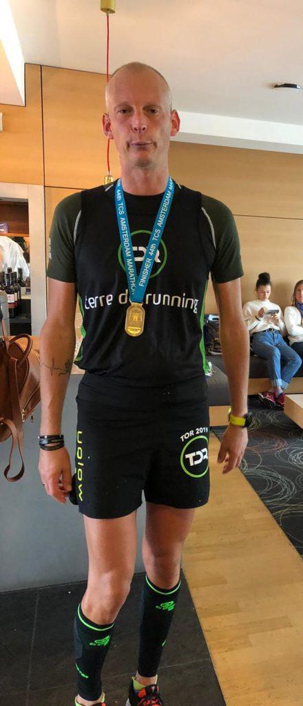 Vincent porte la médaille lors de son arrivée.