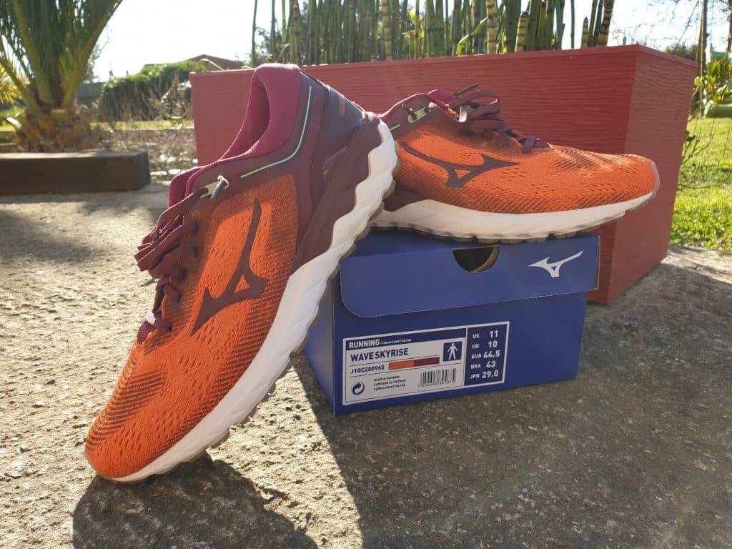 Paire de chaussures avec l'emballage.