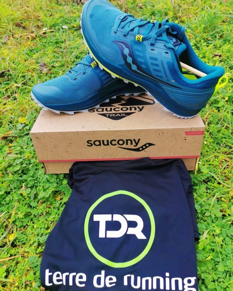 chaussures posées sur une boîte avec un tee-shirt.