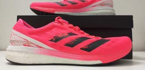 Paire de chaussures Adidas Boston 9 avec sa boîte.